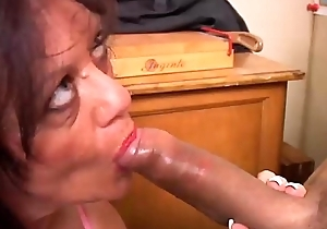 Gorgeous grown up babe gives a blowjob lesson